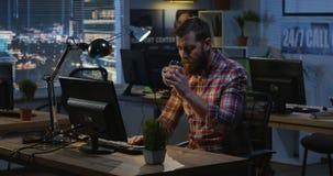 Человек работая вечером в офисе