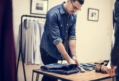 Человек работая в розничном магазине ткани стоковая фотография
