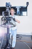 Человек работая камеру студии и готовый для того чтобы снять стоковая фотография rf