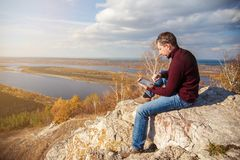 Человек работая на таблетке outdoors Стоковое Фото
