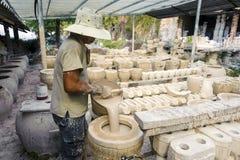 Человек работая на фабрике гончарни Стоковая Фотография RF