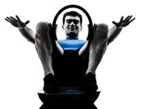 Человек работая позицию пригодности разминки кольца Стоковое Изображение