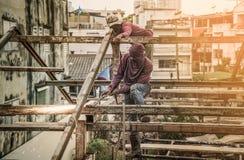 Человек работника к стали газовой резки в строительной площадке с Oxy-ac Стоковое фото RF