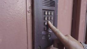 Человек раскрывает дверь путем вход кода номеров акции видеоматериалы