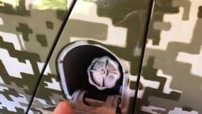 Человек раскрывает и закрывает бензобак военного виллиса сток-видео
