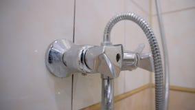 Человек раскрывает кран с водой в bathroom Действие показано в конце-вверх После того как человек закрывает кран назад видеоматериал