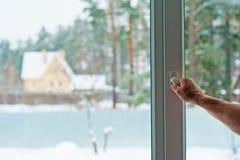 Человек раскрывает окно стоковая фотография rf