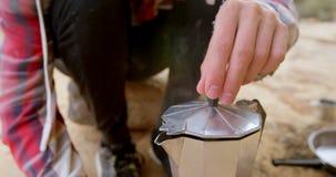 Человек раскрывая крышку утварей 4k видеоматериал