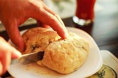 Человек режет свежий хлеб Стоковое Фото
