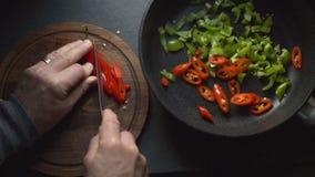 Человек режет chili для fajita Мексиканское видео еды сток-видео