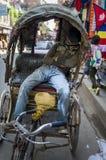 Человек рикши спит в кабине bike Стоковая Фотография