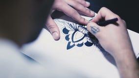 Человек рисует изображение на бумаге видеоматериал