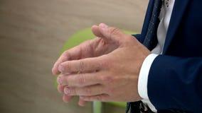 Человек руки во время интервью акции видеоматериалы