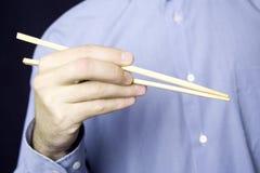 человек руки вставляет деревянных детенышей Стоковая Фотография