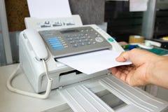 Человек руки использует факс стоковые изображения rf