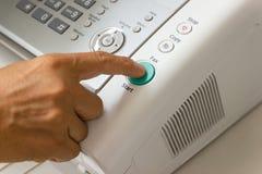 Человек руки использует факс в офисе стоковое изображение rf