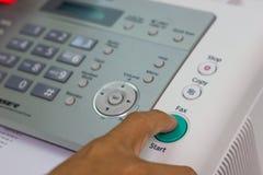Человек руки использует факс для отправки бумаги стоковое изображение rf
