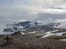Человек самостоятельно в дикий восхищаясь вулканический ландшафт с тяжелым рюкзаком Концепция wanderlust приключения образа жизни стоковое изображение