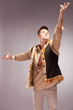человек света шерсти пальто вне достигая Стоковые Фото
