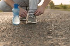 Человек связывая ботинки бега стоковые изображения rf