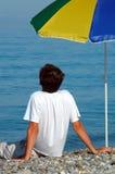 человек сидит зонтик вниз Стоковые Изображения RF