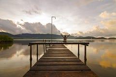 Человек сидит назад и наслаждается пейзажем в предыдущем mo Стоковая Фотография RF