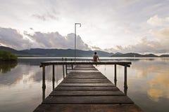 Человек сидит назад и наслаждается пейзажем в предыдущем mo Стоковые Изображения RF