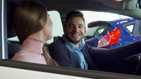 Человек сидит на сиденье водителя стоковое изображение rf
