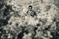 Человек сидя вокруг sunglass джунглей нося стоковое изображение rf