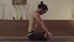 Человек сидя в представлении лотоса и делая йогу kriya видеоматериал