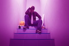 Человек сидя в tenseness в концепции экономический спад стоковые фотографии rf