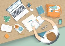 Человек сидя на деревянном столе Кресло места для работы настольного компьютера рабочего места, канцелярские товары, монитор, кни бесплатная иллюстрация