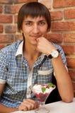 Человек сидя на кафе с мороженным вишни Стоковая Фотография RF