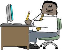 Человек сидя на столе офиса Стоковая Фотография