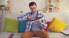 Человек сидя на insoles вставок кресла протезных в ботинках сток-видео