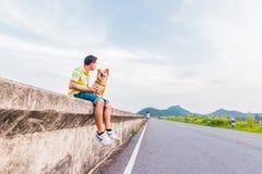 Человек сидя с собакой и горой назад Любимец любов концепции стоковое фото rf