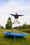 Человек скача на trampoline Стоковые Изображения