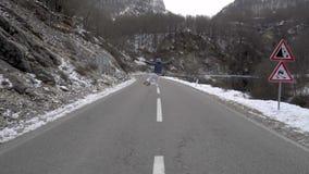Человек скачет на дорогу зимы видеоматериал