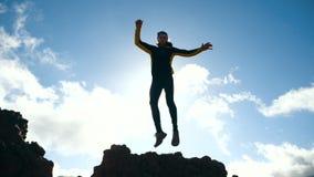 Человек скачет против красивого неба в замедленном движении sunlight акции видеоматериалы
