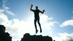 Человек скачет против красивого неба в замедленном движении sunlight сток-видео