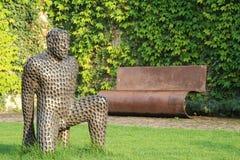Человек скульптуры в саде стоковое фото rf