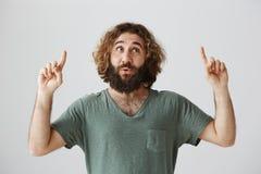 Человек слышит, что его любимая песня играет диапазоном улицы Портрет довольного красивого восточного человека с бородой и вьющие стоковое фото rf
