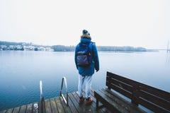 Человек смотрит в расстояние и восхищает красоту на озере в Финляндии Стоковая Фотография RF