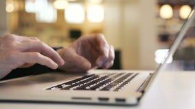 Человек смотрит диаграмму электронной почты и диаграмму с и печатая текст на клавиатуре компьтер-книжки сток-видео