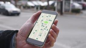 Человек смотрит езду деля модели трафика на Smartphone акции видеоматериалы