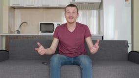 Человек смотрит ТВ видеоматериал