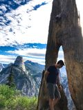 Человек смотря вниз с сдачи к великой державе природы Стоковые Фотографии RF