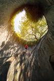 Человек смотря парк форта консервируя, туристическую достопримечательность Природа t стоковая фотография