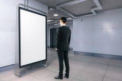 Человек смотря пустое знамя стоковые изображения rf