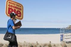 Человек собирает подписи ходатайства Стоковое Фото